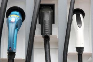 Tanksäule mit unterschiedlichen Steckertypen